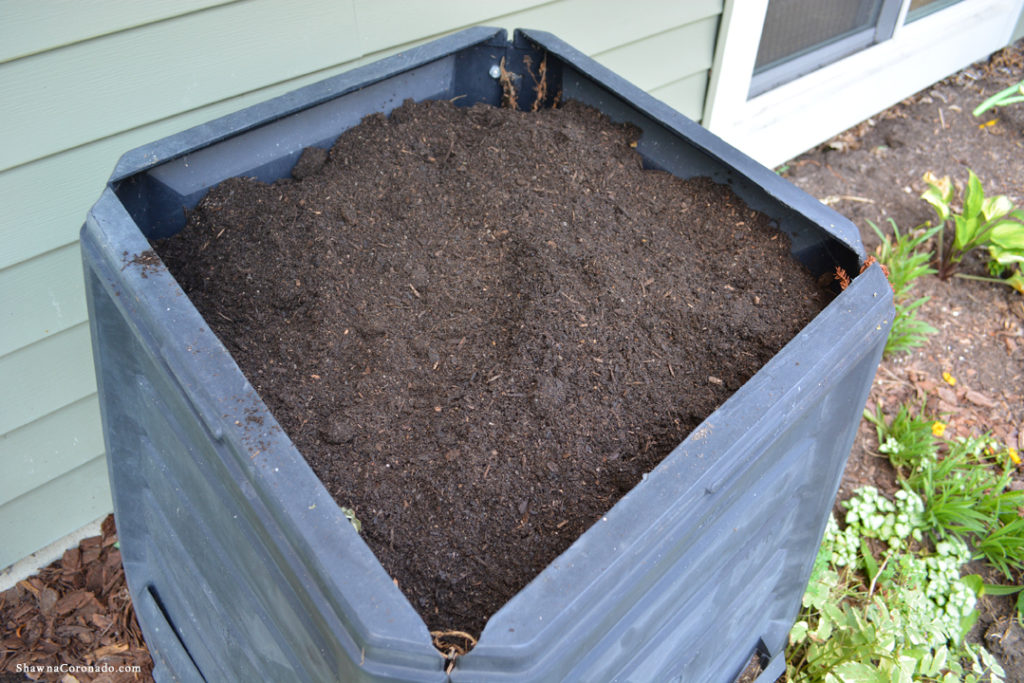 Kellogg Garden Soil Compost Bin with Soil